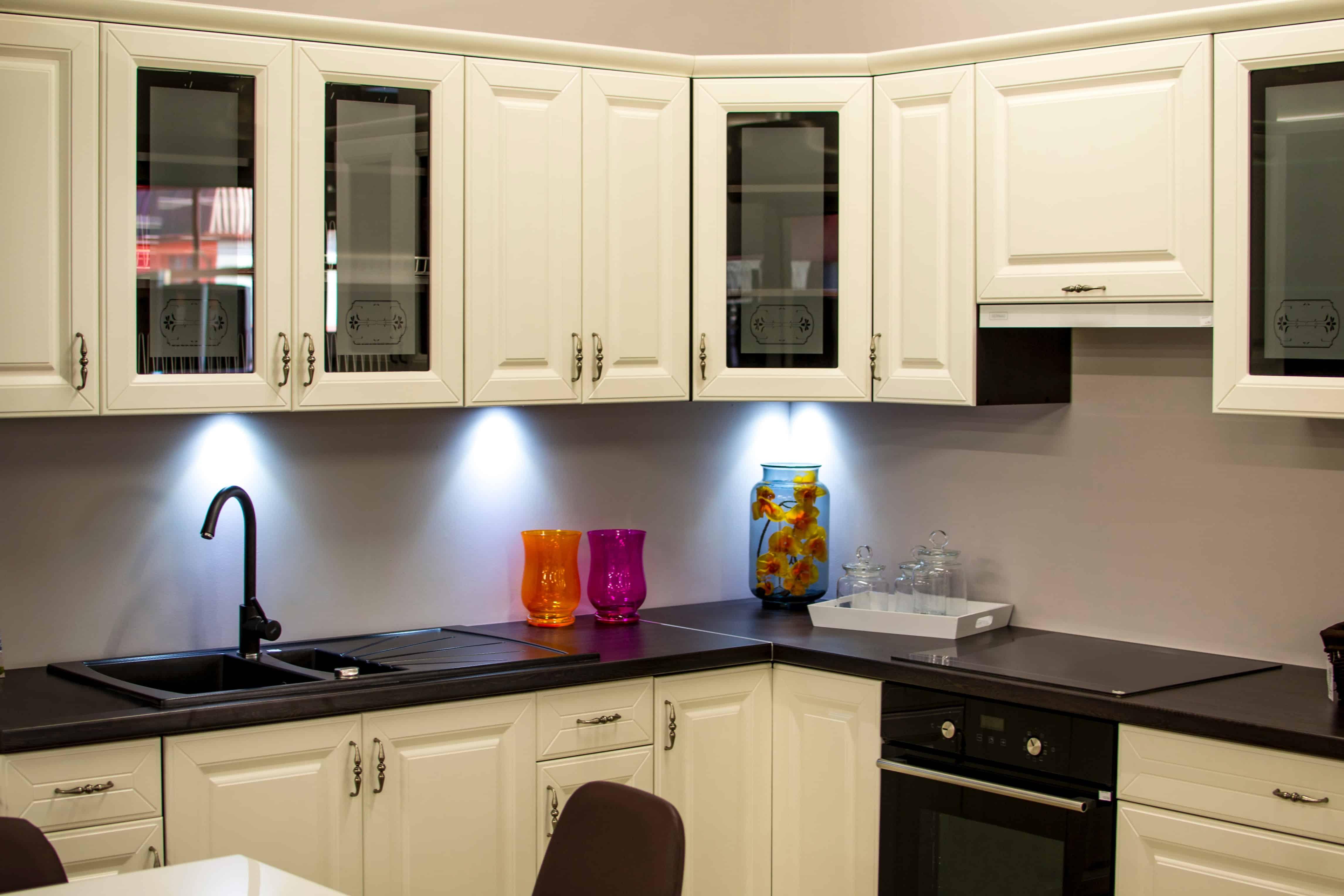 حيل فعالة لإزالة بقع الصدأ من أسطح المطابخ والحمامات