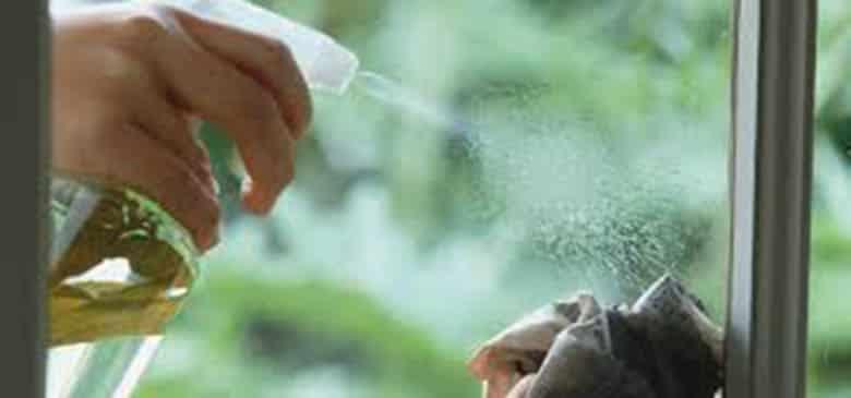 كيفية إزالة البقع والملصقات عن الزجاج بسهولة