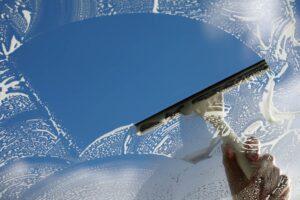 تنظيف النوافذ بمواد طبيعية