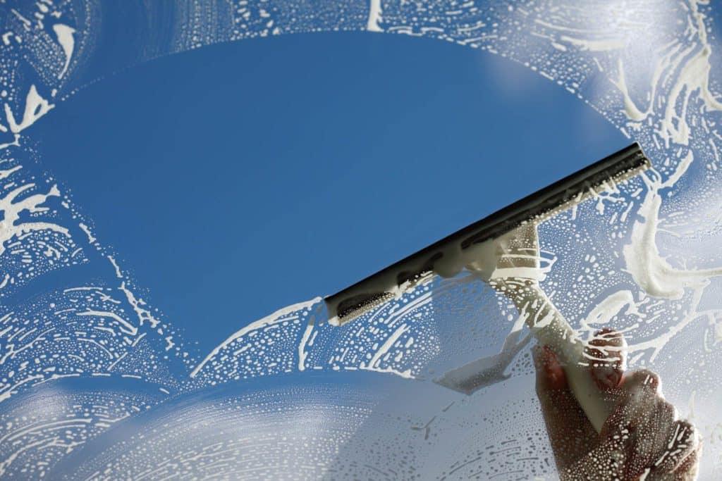 تنظيف زجاج النوافذ بمنتجات طبيعية